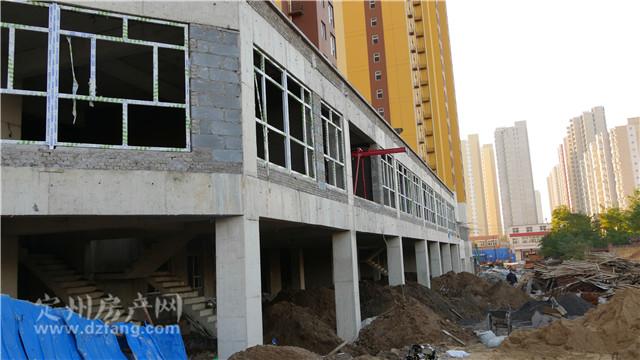 目前4号楼和6号楼社区商铺主体施工完毕,二层窗户框架安装已经完毕,正
