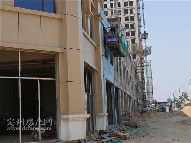 洋房区商铺正在进行二次结构收尾及窗户框架安装!